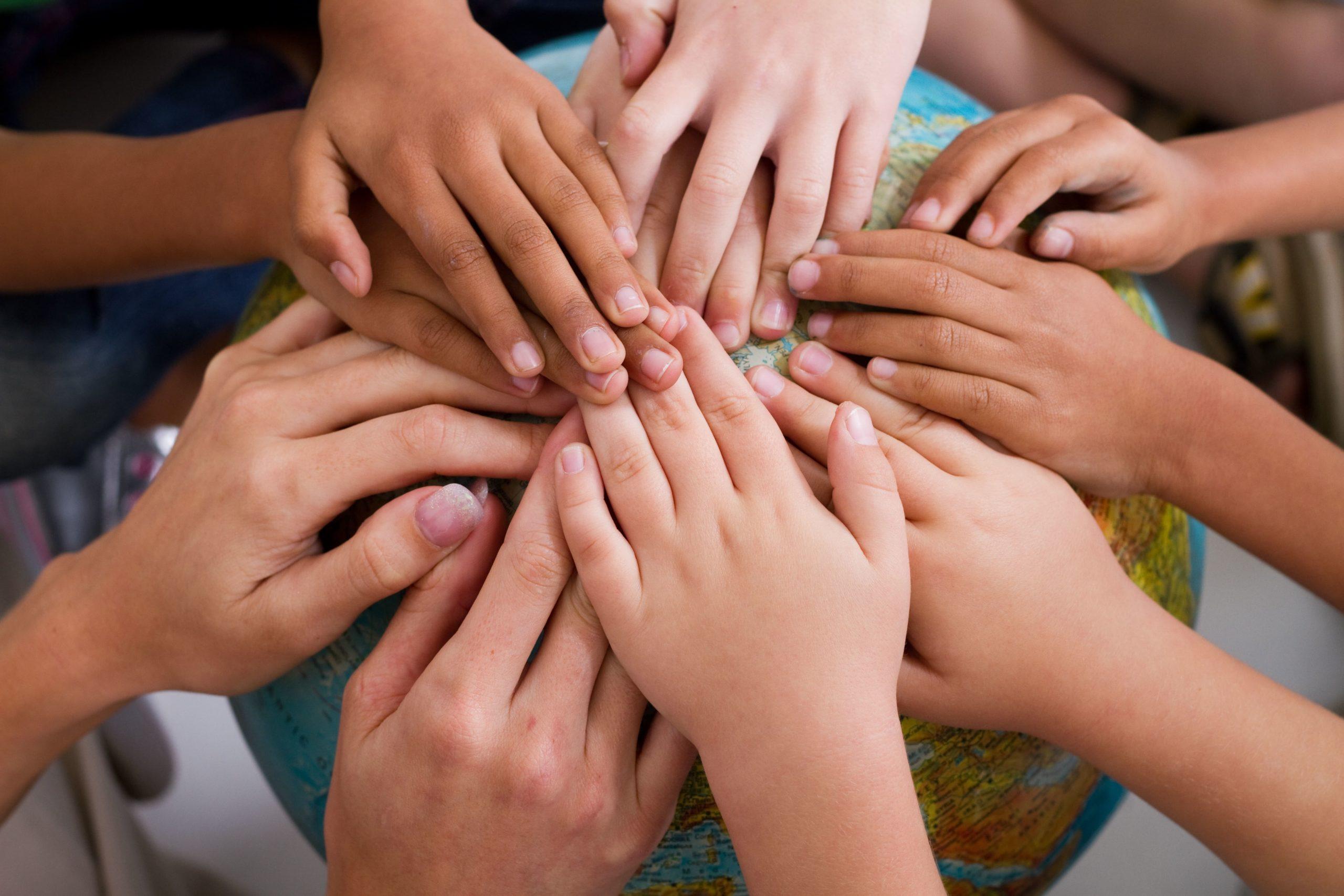 ילדים מניחם ידיים עם כדור הארץ