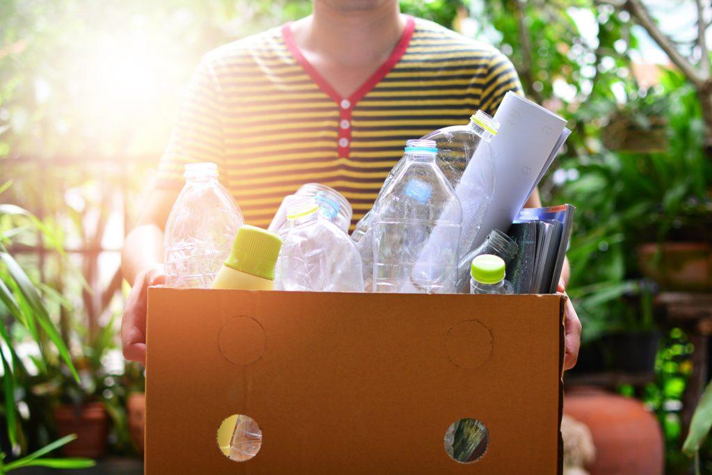 ילד מחזיק ארגז עם פסולת למחזור