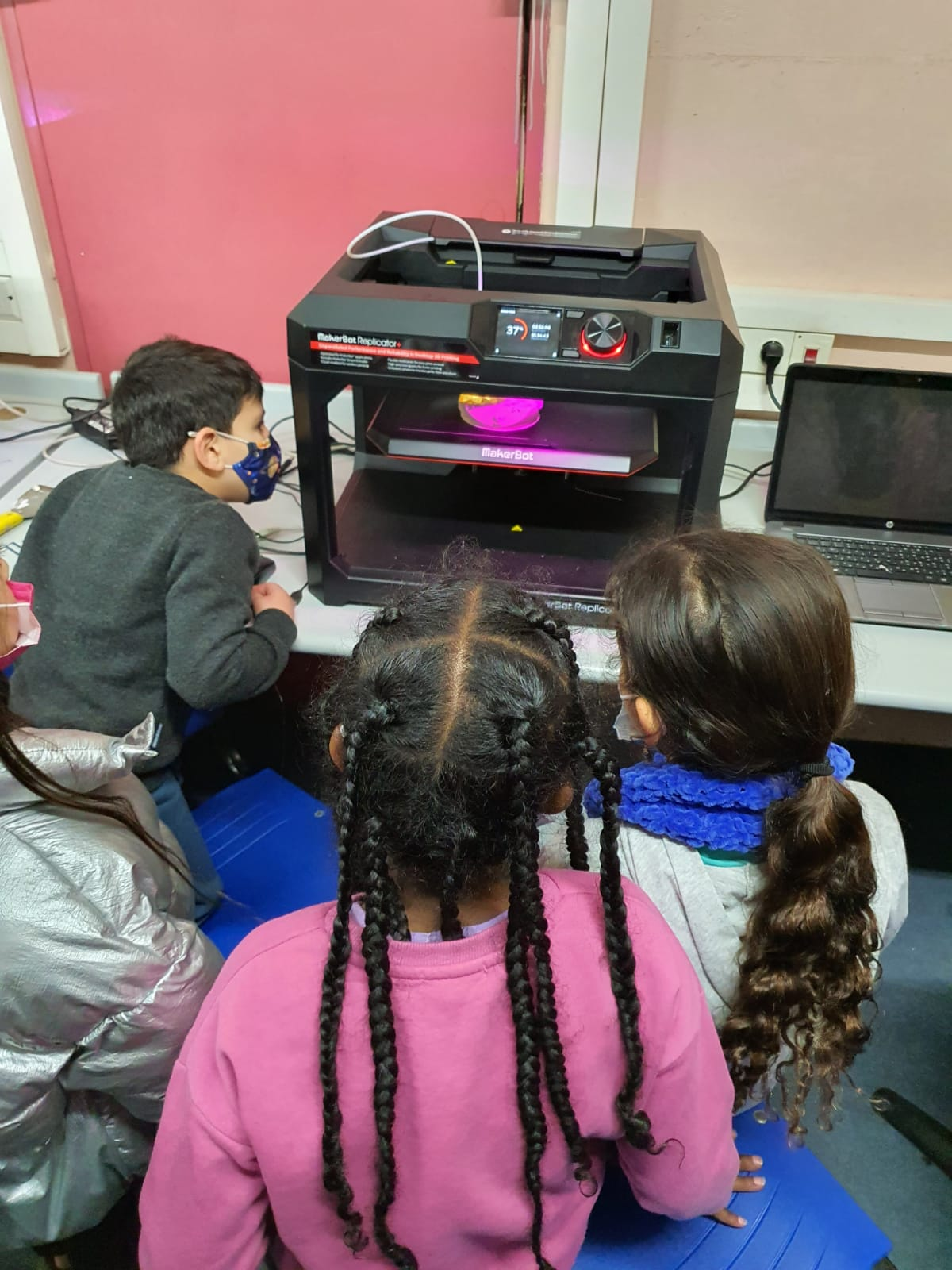 תלמידים מול מדפסת תלת מימד